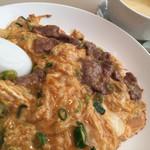 Koubemotomachibetsukambotanen - 牛肉の玉子とじかけごはんと本日のスープ(サイドメニューセット811円税別)