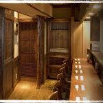 くろさわ - カウンター席は9席。落ち着いた空間でゆったりとお寛ぎください。