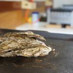 カキ小屋フィーバー@BLUEJAWS - テーブル上の鉄板では2個づつ殻付きカキが焼かれます(2017.1.26)