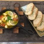 浜焼太郎 - 写真は海老のアヒージョです。(その他「しらす」「にんにく」「季節(今は牡蛎」がございます。バケットを炙って召し上がれ♪