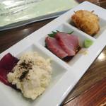 さが蔵 - 「お通し」ポテサラ・お刺身・鶏の唐揚げ