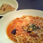 ドン・ピエトラ - 揚げ茄子とモツァレラチーズのトマトソーススパゲティーとフォカッチャ