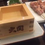 鳥伊勢 - 樽の香りがする大関の升酒