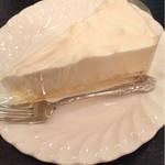 61747163 - レアチーズケーキ  そのクラシカルな味と体は店にマッチしてます