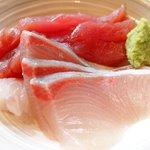 61747383 - 天涼定食 焼魚 1296円 の鮪赤身、鰤の刺身