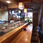魚八寿し - L字カウンター8席。ご主人との距離感が近く、カウンター寿司の醍醐味が味わえる