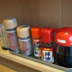 麺屋 絆 - 卓上アイテム。 塩コショウと胡椒とあるのが 面白いですね。 唐揚用のアイテムでしょうね。