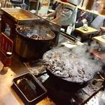 どての品川 - 右側のグツグツしてるの鍋が味噌ダレで左側の鍋が醤油ダレ
