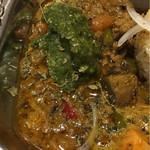 旧ヤム鐵道 - カルダモンを効かせたクラッシュ野菜の牛豚キーマ 粒とろホウレンソウのせ
