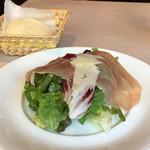 オステリア ラ ブォーノ - 前菜 生ハムとペコリーノチーズのサラダ 種類豊富でオムレツとかサーモンとかスープの中から選べる!