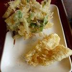 金比羅製麺 - 奥:さつまいものかき揚げ、手前:きす天