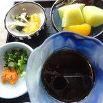 山里波 - 左上から漬物、デザート、蕎麦の薬味、そばつゆ