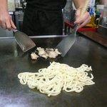 広島風お好み焼 くいしん坊 - ホルモンうどんを作る(生のホルモンとうどんを炒める)
