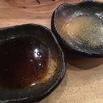 芳寿豚専門 北新地 ぎょうざ家 - 酢醤油+辣油(左)  すだち塩+山椒(右)