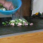 橋野食堂 - ホルモンうどんを作る(ホルモンとネギを投入) (2010/12/20)