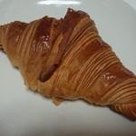 61802705 - 厚めの層が美しい!バターのコクと甘味が秀逸なクロワッサン180円