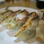 もん吉 - 料理写真:餃子、味噌ダレでいただきます