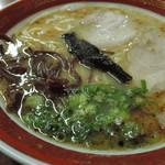 61813807 - エッジの明瞭な輪郭。  清湯系豚骨ベーススープはコクと旨味リッチ