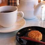 聘珍茶寮・ザ・カフェ - 普洱茶と月餅(胡麻)