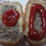 美食家惣菜処 どん - 麺そばコロッケ、トマトケチャップ付け。