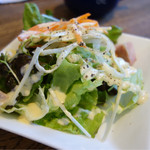 ウメチ - サラダは酸味の強いソースで