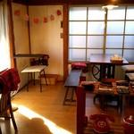 ぽぽぽべーぐる - カフェスペース ミシンをリフォームしたテーブル、素敵です♪