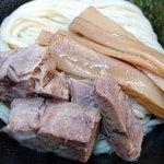 61825124 - スージーハウス @四ツ谷 辛味つけ麺のつけ汁から取り出したチャーシューとメンマ