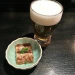 61829416 - 生ビール(プレミアムモルツ500円)とお通し(牛もつの煮凝り 300円)