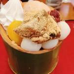 61839722 - 本わらび餅パフェ♪栗、本わらび餅、白玉、ホイップクリーム、ほうじ茶アイス~それに小倉!