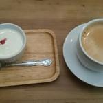 61840277 - セットデザートのパンナコッタとコーヒー