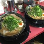 豚人 - とこ豚骨醤油タレのちぢれ麺 700円 味玉 50円