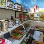 ヘラ味屋 - スリランカ食材の販売コーナー。
