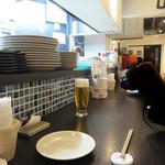 炭焼きダイニング ブーケ - カウンターとテーブル席があり、女性客も多く賑わっています。