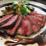 炭焼きダイニング ブーケ - お肉は色々ありますが、ウリは福岡県嘉麻(かま)市産の赤崎牛です。外国産のお肉が主流の肉バル・肉ビストロで、福岡県産牛とは珍しいですね。