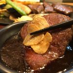 ステーキハウス フリージア - にんにくチップとともにタレに浸けて(お箸にて失礼^^)