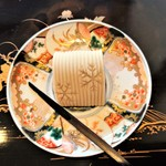61846970 - 和菓子『春の雪』~!! 全部あんこ??で出来ている~!! 三重になっていて、こしあんを白あん、薄茶色のあんで包み込んで、雪の結晶を描いてある、見た目、上品な和菓子菓子~♪(^o^)丿