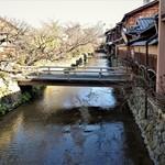 61846976 - 店舗前の橋から白川を~!! 一番奥に見える橋が『巽橋』~♪(^o^)丿