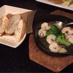 時間無制限食べ飲み放題 和奏 - 海老とブロッコリーのアヒージョとバゲット