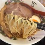麺喰い メン太ジスタ - 中華そば(680円)麺リフト