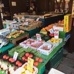 まごころや - 店前  野菜や魚を販売
