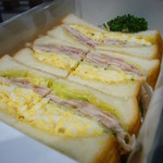 サンドイッチハウスペアバルーン - 料理写真:ローストチキン、玉子、ベーコンのサンドイッチ