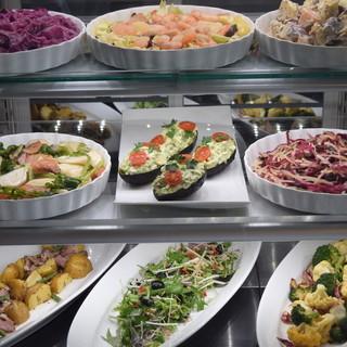 美味しい野菜のデリを選べるスタイルで!近江牛のメインも大人気