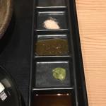 かつ宗  - 薬味は4種類(最上段は、焼くのに使用する牛脂)