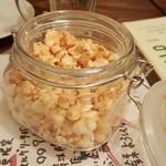 北海道イタリアン居酒屋 エゾバルバンバン - お通しのポップコーン