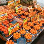 かしや - かしやの隣にあるスーパーの果物売り場。