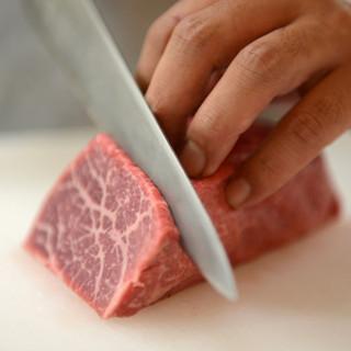お肉は一枚一枚手切りです。