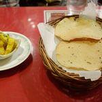 インド料理 マナカマナ - まずは前菜がてら、カレー風味の大根と、パーパド(豆煎餅)をぺろりと完食。