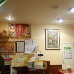 インド料理 マナカマナ - 店内はインド感あふれるポスターや