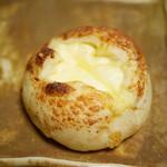 ベーカリー クローバー - 料理写真:窯だしカマンベールチーズ¥220