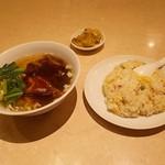 横浜中華街 五福臨 - 豚バラ肉そば+炒飯